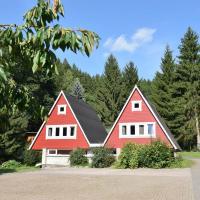 Fotografie einer roten Rennsteigwanderhütte mit doppeltem Spitzdach im Wald.