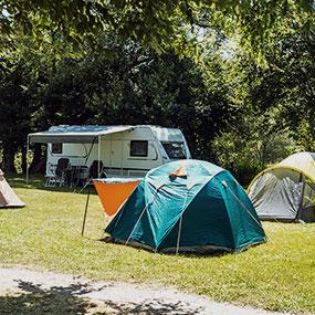 Ein Bild von Zelten und Wohnmobilen auf einem Zeltplatz